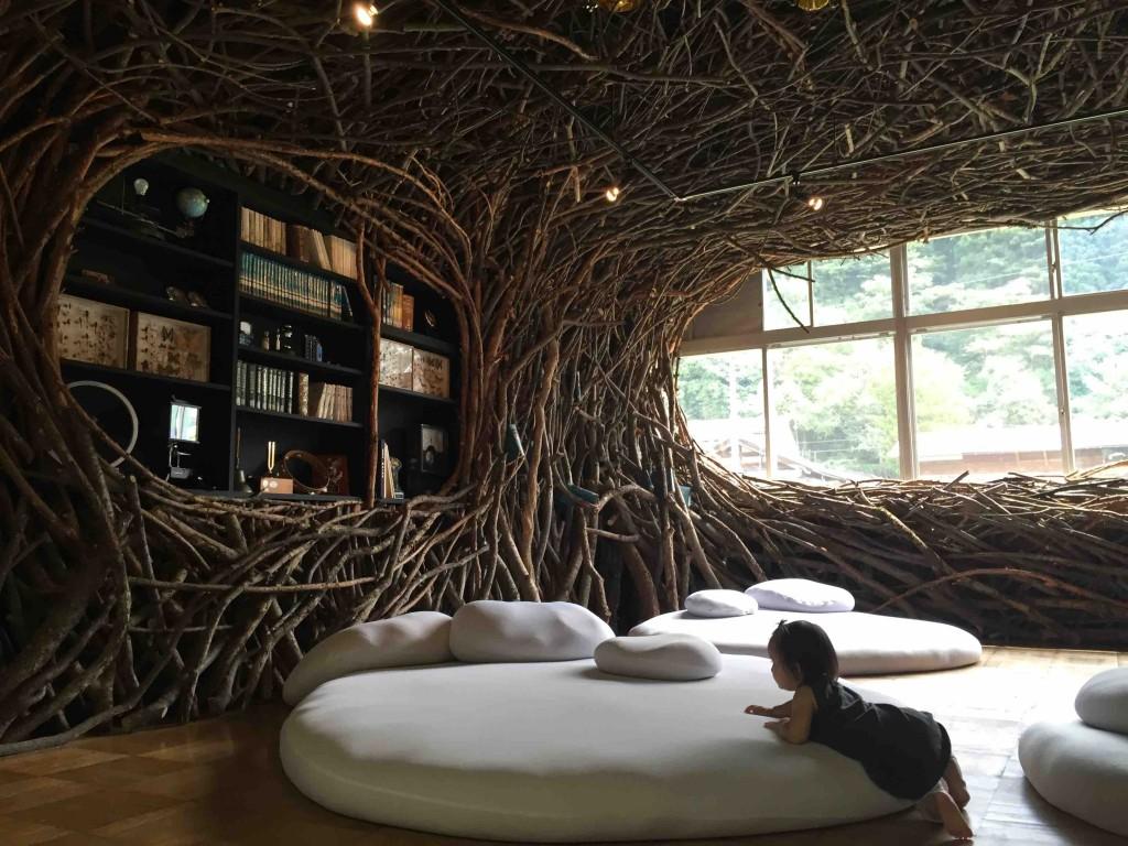 レストランの手前の教室はこれまた異空間。 タイトル「時の殻」