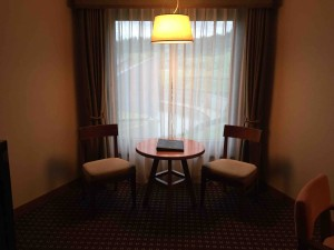窓際にはテーブルと椅子も