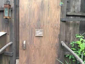 帰り道の扉には「Happy Birthday」の文字。なるほどー。