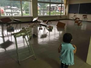 学校の椅子や机がアートになっていたり