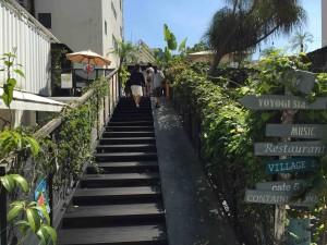 入ってすぐの階段をのぼるとショップやギャラリー、カフェが。