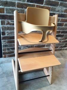 何よりびっくりなのが、子ども用の椅子がちゃんとある!しかも2脚。しかもストッケ!!