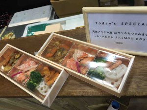 「アラスカ」ブースの天然鮭のおつまみセット(1000円)