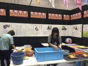 徳島県ブースでは、和紙すき体験をして、持ち帰りもOK