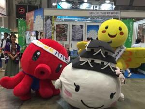 兵庫県の3キャラは、カメラを向けると「自分が前じゃー!」と熾烈なポジション争い(笑)。