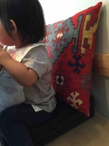 子ども用の椅子が空いていないときは、クッションで特別アレンジ。