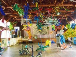 廃校を使って、子どもがまるっと遊べる「絵本と木の実の美術館」は2015年11月30日まで