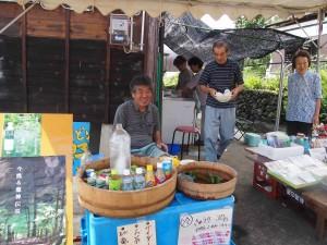 作品の外では地元の人たちの出店。おいしいお水を無料で振舞ってくれました