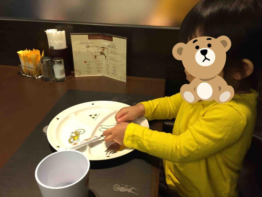 子ども用には、お皿、スプーン&フォーク、コップ、エプロンが付いてます