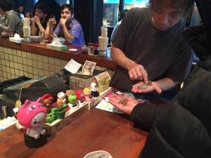 レジで外国人のおじさんが「3090円」のお会計に対して5000円札とチア量の小銭(たぶん1500円以上ある笑)を渡してた!店員さんの対応も慣れたもので、親切でうれしくなった。