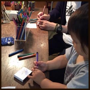1歳児も真剣にお絵描き