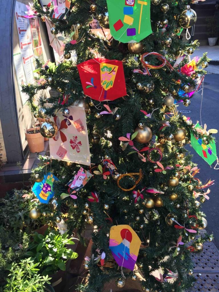 クリスマスツリーがお正月飾りに変身!斬新!!