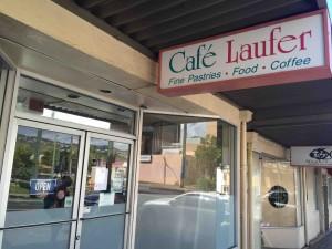 外観はしょっぼいけれど、有名店の「Cafe Laufer」