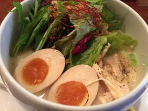 名物「鶏白湯塩味」ラーメン850円