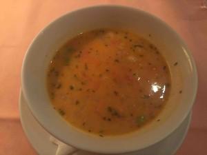 スープかサラダを選ぶ。こちらチーズ入りのミネストローネ。