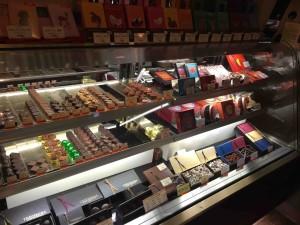 ショーケースにはチョコレートもたくさん
