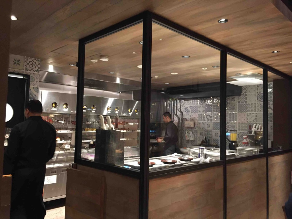 オープンキッチンもあって、他の店舗とはちょっと違う雰囲気