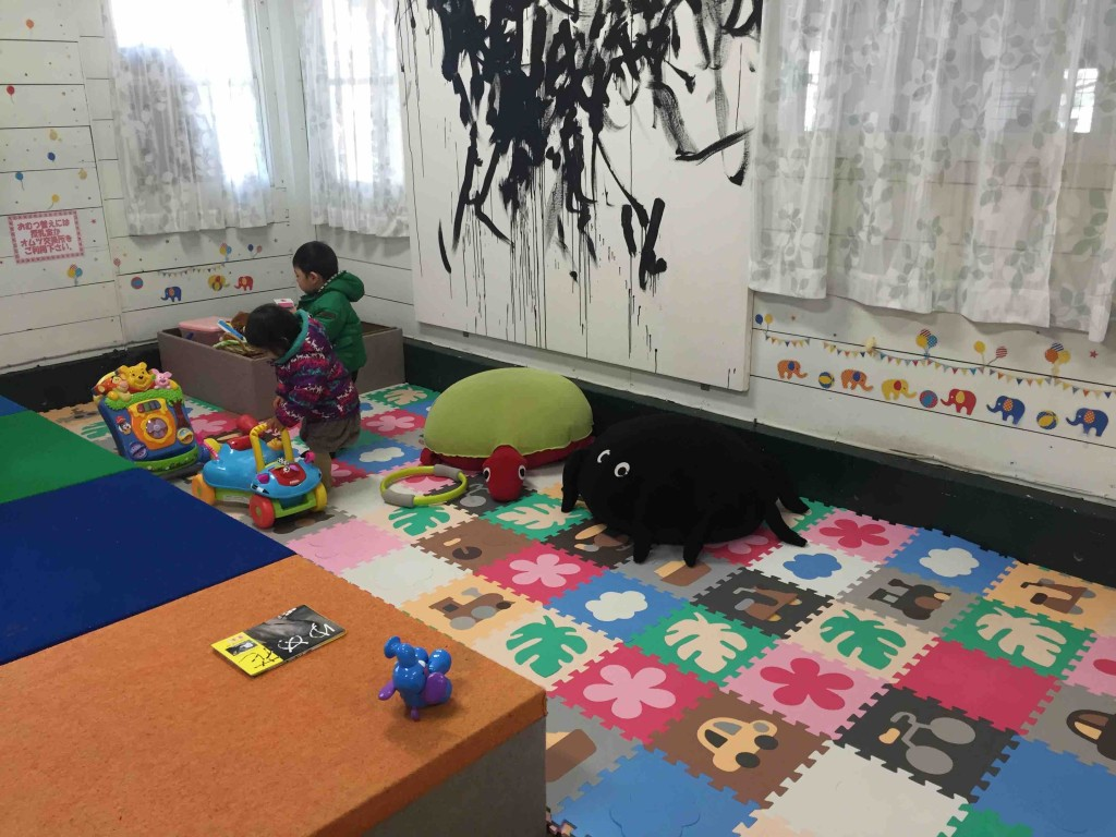 子どもの遊びスペースのおもちゃはかなり充実してます。