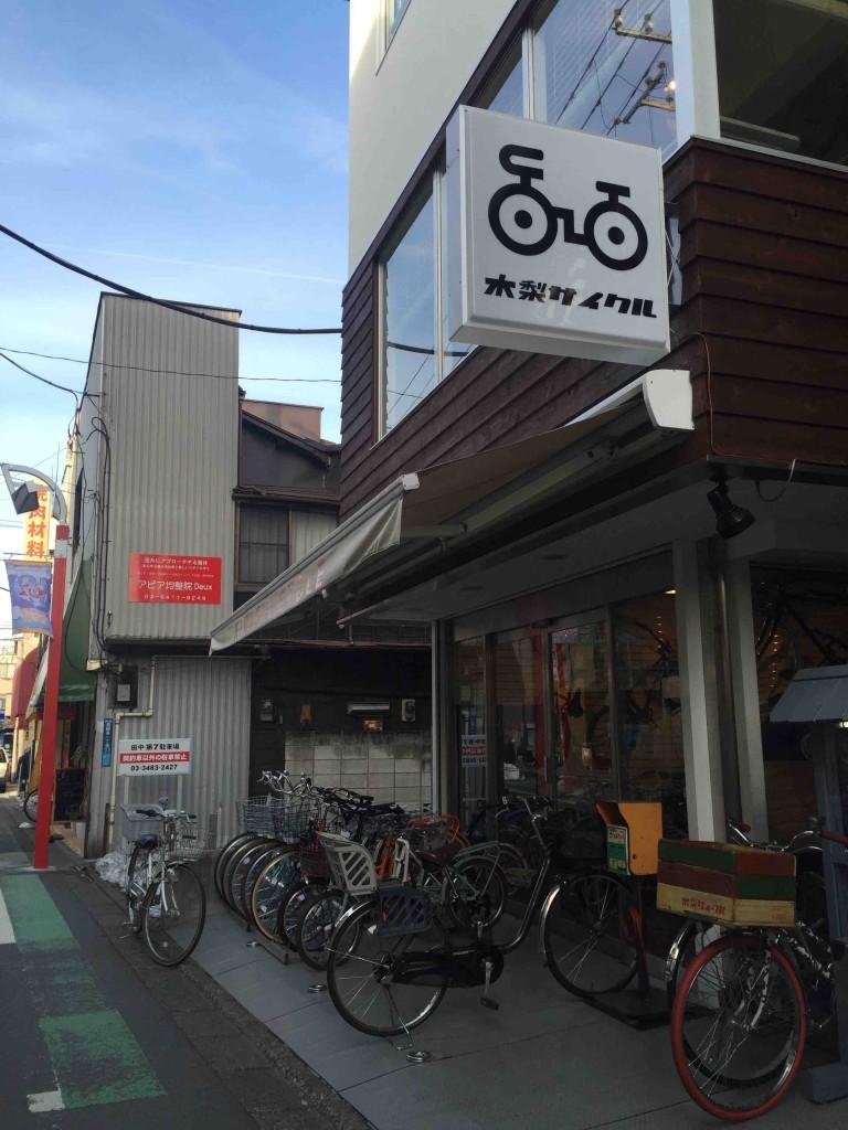 なんかおしゃれな自転車屋さん。2階はカフェ兼ショップになっている