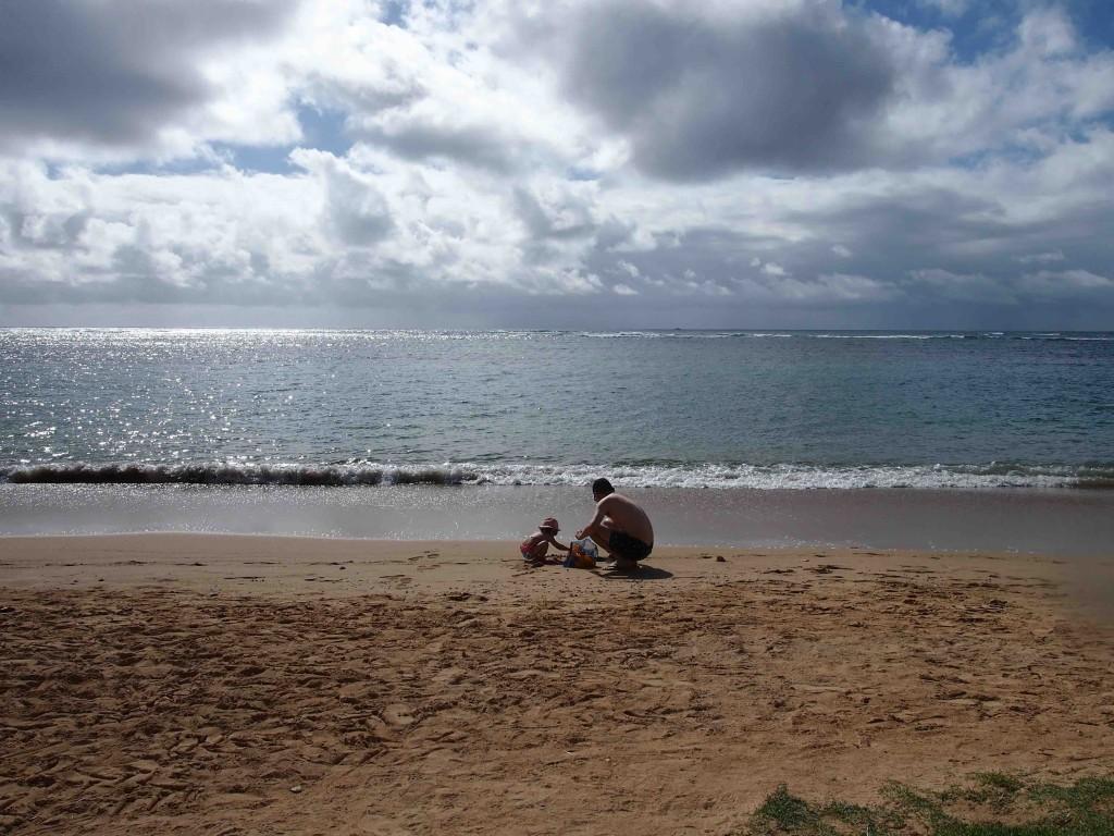 心ゆくまで、砂をほじほじ