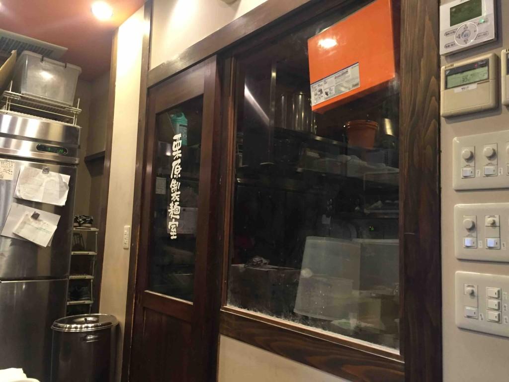 麺は完全自家製麺。店内の製麺室で毎朝打っているようです