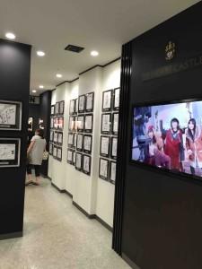 ちょっと似つかわしくないけれど、ここに来た有名人の人たちのサインが展示されている場所もあります