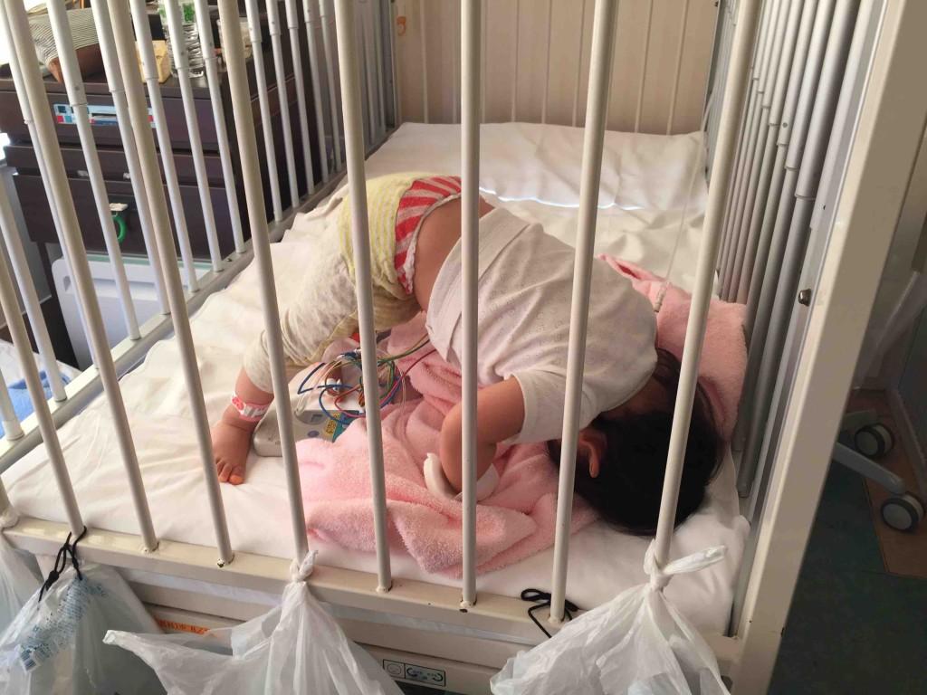 ベッドで絶対安静中のため、一人で布団の上で運動中
