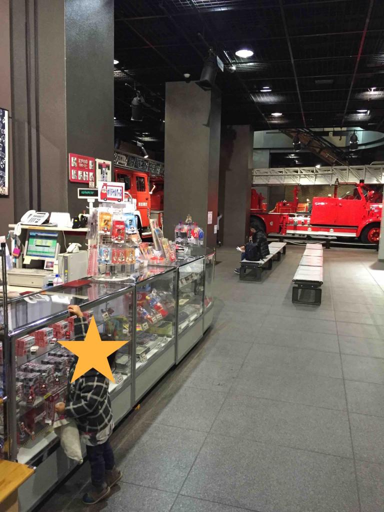 東京メトロ丸ノ内線四谷三丁目駅2番出口直結。地下からいくと、すぐに売店が!
