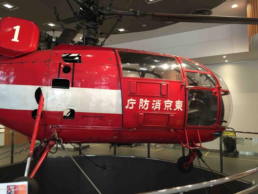 エントランスホールには本物の消防ヘリコプターが。