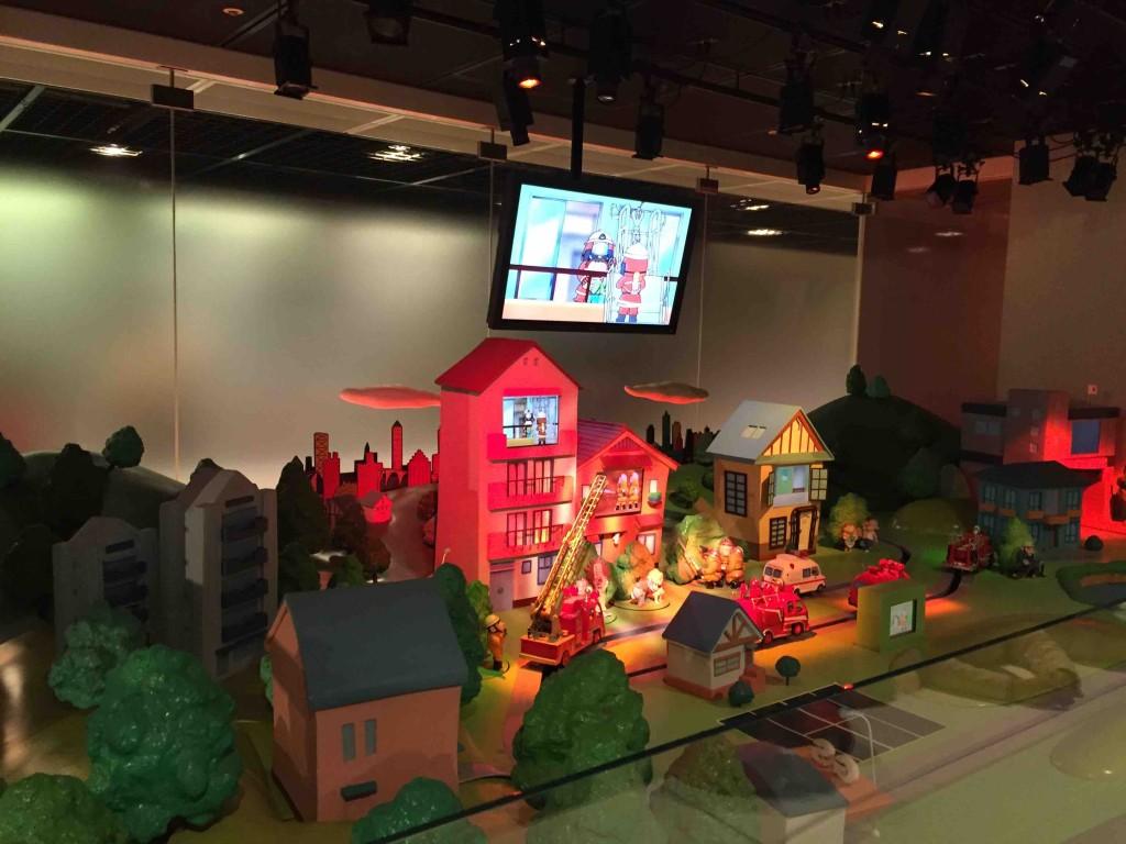 ショーステージではハシゴ車や放水車のおもちゃが走り回って、パフォーマンス。