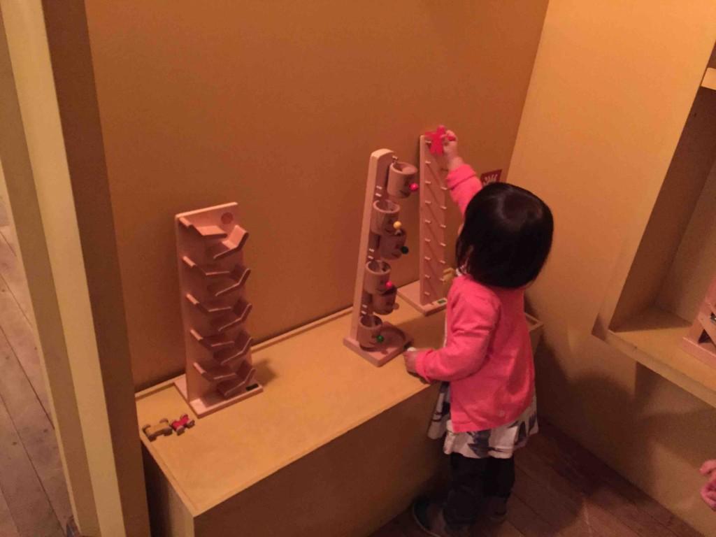 ひたすら落とすおもちゃ。うちの子はなぜか大好きで、デパートでも、おもちゃやでも、どこでも捕まる。この日もいちばん長時間いたのがここ。