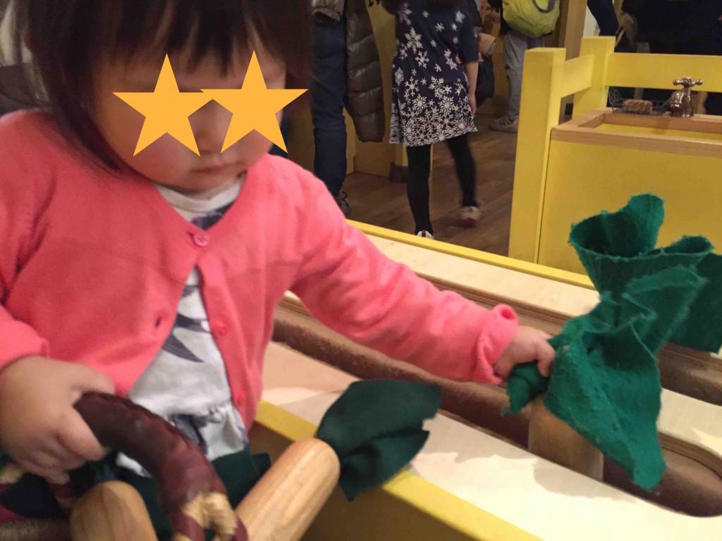 この「東京おもちゃ美術館」のハイライト、いちばん人気がこの「野菜の収穫体験」。木とフェルトでできたお野菜をせっせと収穫。よくできてる〜!!