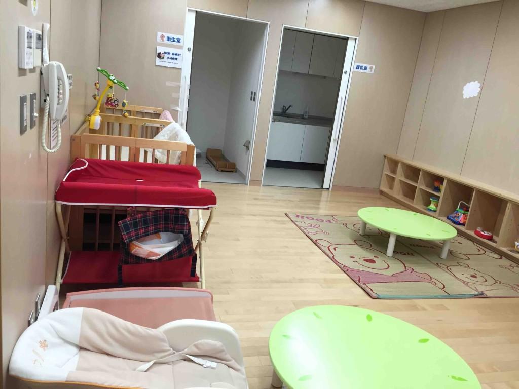 乳児向けのお部屋も充実。体重計や身長計、オムツ替えもできます(もちろんトイレは別にもちゃんとある)