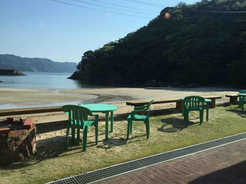 ビーチの上にはちょっとしたテーブルと椅子もあるから、海を見ながらのんびり・・・