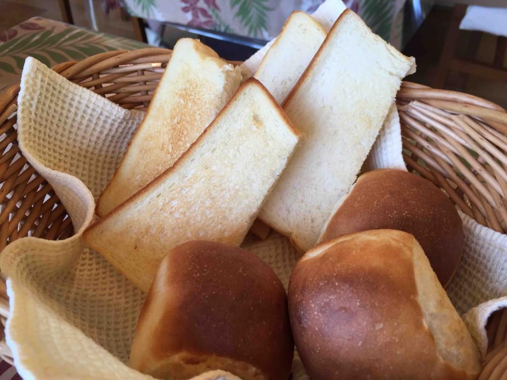 手前のパンは自家製パン。美味!