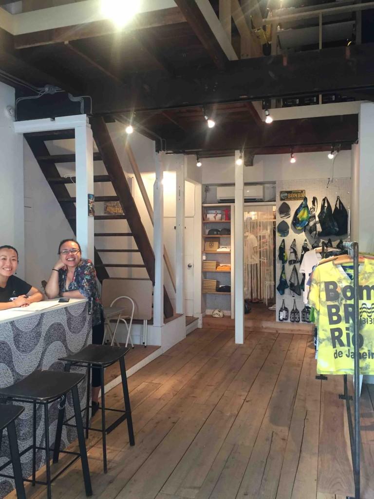 おしゃれな店内にはTシャツなどのショップと、飲食スペースが。