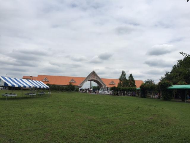 収穫が終わったら、建物の方に移動。広い芝生の向こうに本館が見えます