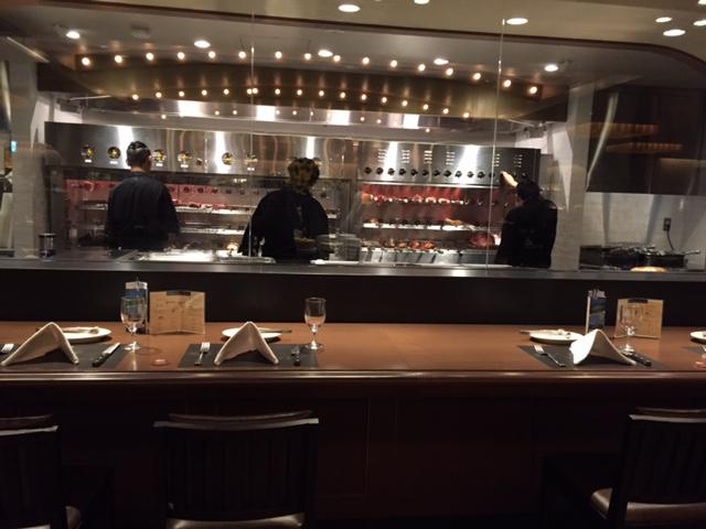 入ってすぐの左手にオープンキッチン。その前にはカウンター席が誕生。