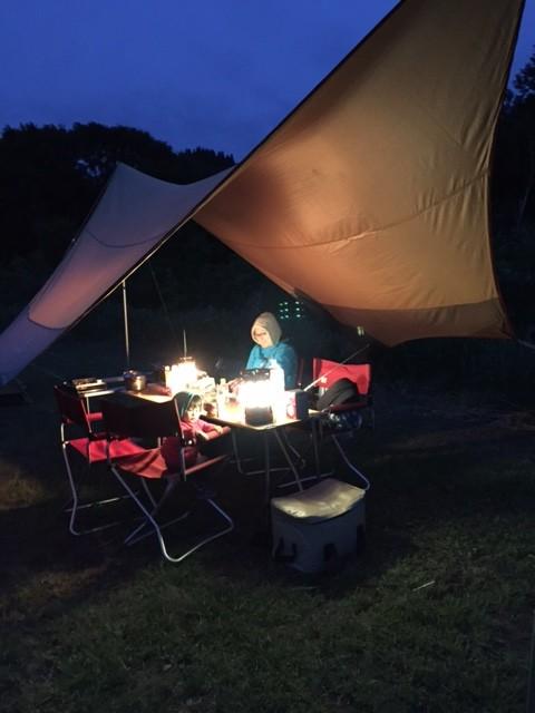 暗くなって、ランタンに照らされるタープ内は、やっぱり素敵!