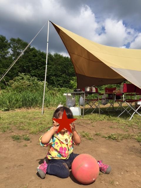 親たちはキャンプ場での遊び方をまだ分かっていないので、娘は一人遊び。ドロドロ。