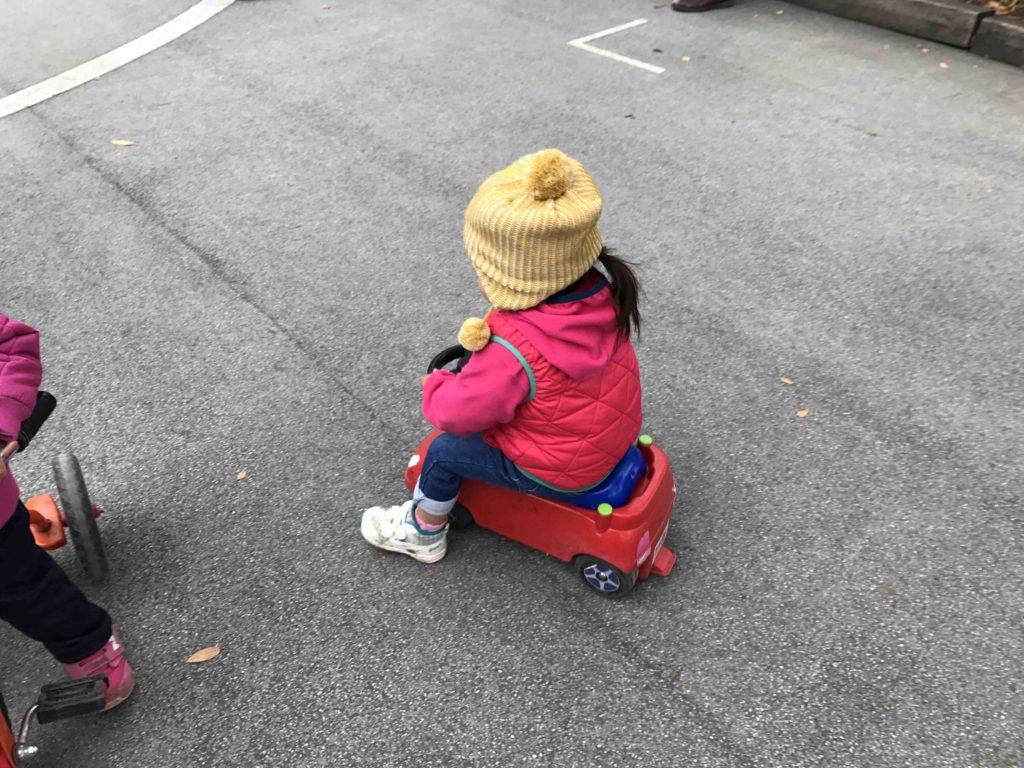 そんなわけで、うちの子は足で蹴るタイプの車でガマン。