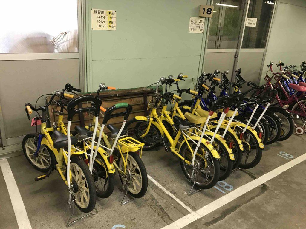 補助輪なしが不安でも大丈夫。後ろにハンドルが付いている自転車も!